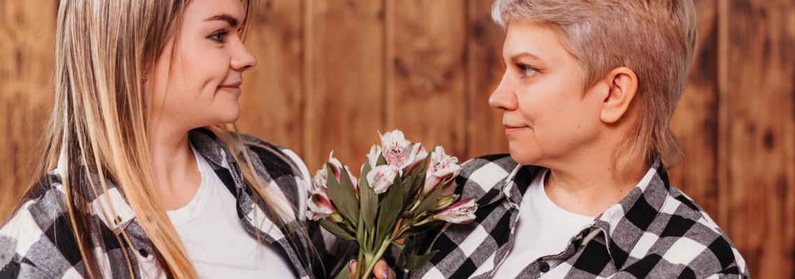 mère âgée avec sa fille